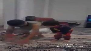 موقع یاد دادن نماز به بچه شلوار خود را بالا نکشید بچه فکر میکنه جز آداب نمازه😅😂