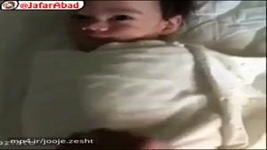 نوزادی که هر روز پس از باز کردن قنداقش دست خود را بالا آورده و به این ترتیب خوشحالیاش را نشان میدهد