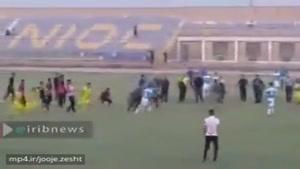 درگیری شدید در لیگ برتر امیدهای کشور بین تیم های نفت و ملی حفاری اهواز. مردم هم که تشویق می کنند
