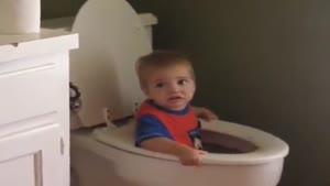 پسر بچه ی بانمک داخل توالت !!