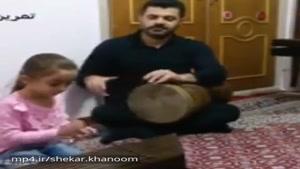 دختر کوچولویی که به زیبائی با سنتور آهنگ ای ایران رو مینوازه. افرین به خودش و پدرش