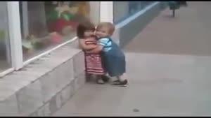 عزیزم میخواد بوسش کنه چه پشتکاریم داره