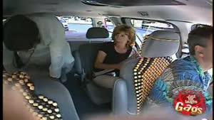 دوربین مخفی بیرون آمدن مرد هندی از پشت تاکسی
