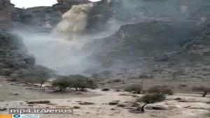 فوران آب از کوه در جهرم بر اثر شدت بارندگی