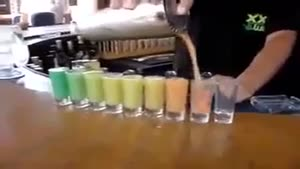ریختن آب میوه در لیوان