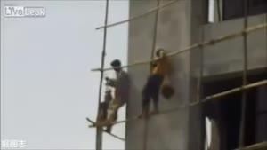 کارگران در وسط یک ساختمان