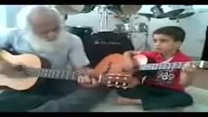 نوه و پدربزرگ گیتاریست
