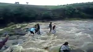 جریان شدید سیل و آب