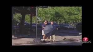دوربین مخفی رد شدن نابینا از خیابان