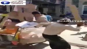 کتک زدن کارتون جمع کن بی نوا در بازار تهران و نجات او توسط دیگران ...