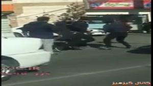 حمله دو سارق و به زور گرفتن کیف ووو جالبتر اینکه همه مردم در حال تماشا کردن هستن