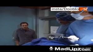 پزشکی که در اتاق عمل قبل از شروع جراحی دستگاه کارت خوان را بالای سربیمار اورد تا کارت بکشد