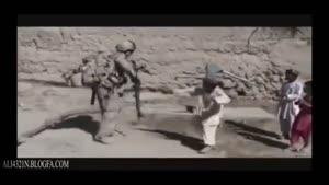 رقص پسر بچه افغانی با سرباز امریکایی.