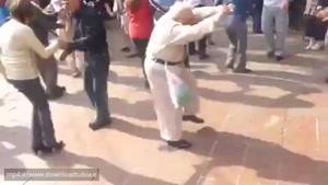 رقصیدن خنده دار پیرمرد در پارتی www.downloadtubia.ir