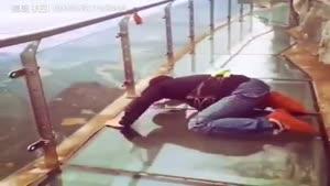 ترس از ارتفاع روی پل شیشه ای