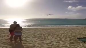لحظه بلند شدن هواپیما از فرودگاه لب ساحل