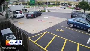 تلاش زن آمریکایی برای جلوگیری از سرقت خودرو اش!