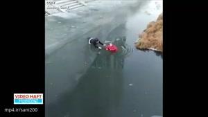 نجات پیرزن چینی از غرقشدن در رودخانه یخزده