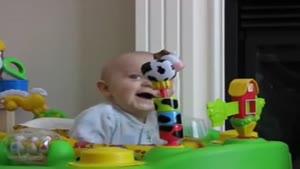 وقتی بچه از باد کردن بادکنک می ترسه
