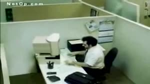 دعوای کامپیوتر با کارمند عصبانی