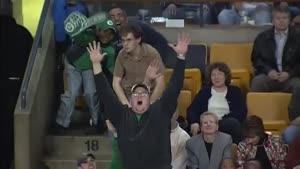 جو گیر شدن یک هوادار در وسط مسابقه فوتبال