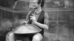 نوازنده خیابانی و ساز هنگ