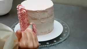 تزیین کیک تولد با خامه و گل فوندانتی