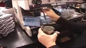 دیزاین قهوه با شیر و شکلات به شکل گل و قلب