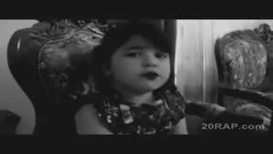 دختربچه آوازه خوان
