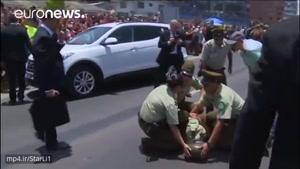 پاپ جهت همدردی در کنار پلیس زن که از اسب افتاد بود ماند