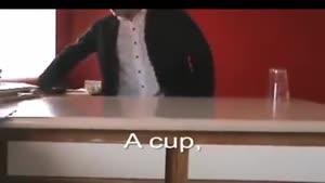 آب با شکل لیوان بر روی میز