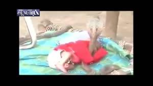 مراقبت مارهای کبری از کودک درحال خواب