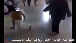 طواف کعبه روی یک دست!.