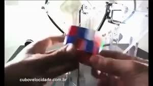 رباتی که مکعب روبیک را جور می کند