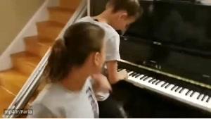 پیانو زدن حرفه ای دوتا دوقلوی دختر