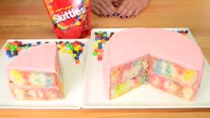 تزیین کیک رنگی زیبا با روکش خامه ای صورتی