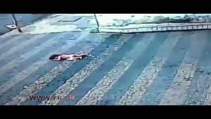 لحظه سقوط عجیب نوزاد ۱۸ ماهه از ساختمان