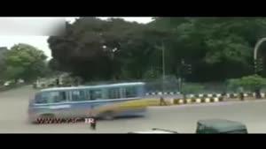 تصادف هولناک دو اتوبوس و نجات معجزه آسای عابران پیاده