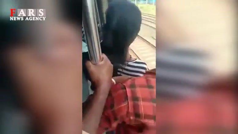 بازیگوشی دختر هندی در قطار و حادثهای که به خیر گذشت!
