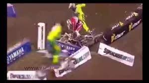 کتک کاری تعجب برانگیز دو موتورسوار حین مسابقه