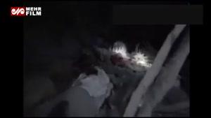 لحظات دلخراش از جدا نشدن کودک یمنی از پدر جان باختهاش در بمباران