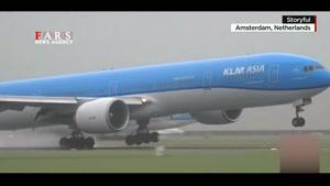 لحظه جالب فرود هواپیما در باد شدید