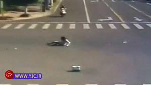 تصادف شدید موتور با خودرو پس از عبور از چراغ قرمز