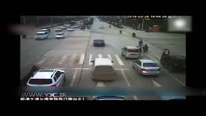 نجات معجزه آسای کودک چینی از زیر خودرو