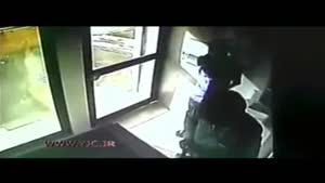 زورگیری یک مرد با چاقو مقابل دوربین خودپرداز بانک
