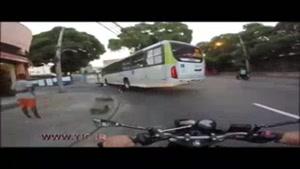 جان سالم به در بردن راکب پس از تصادف موتور با اتوبوس