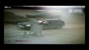 لحظه آتش گرفتن یک مرد در خودرو