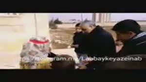 فرمانده سپاه قدس در حال پخش شکلات در بین کودکان نبل