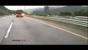 لحظه تصادف خونین اتوبوس با پنج خودرو