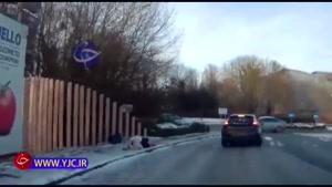 سر خوردن دختر جوان روی یخ و اقدام بابانوئل برای کمک رسانی